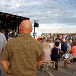 Public attentif devant Rakia sous un soleil encore estival